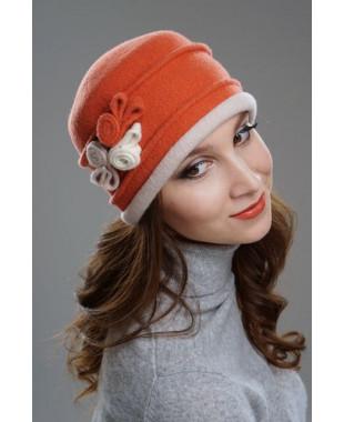 Женская шапочка с лепестками и улитками из войлока
