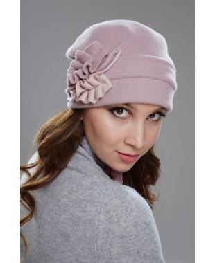 Женская шапочка мягкой формы с отворотом на подкладе и лепестками из войлока