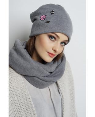 Трикотажная шапочка мягкой формы со значками