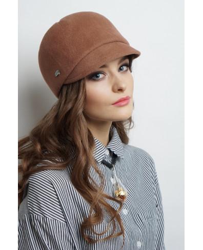 Женская кепка из велюра с рельефами и лейблом