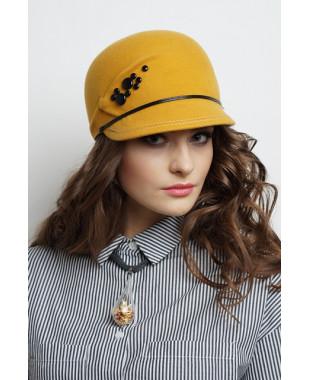 Женская кепка из фетра с композицией из плоских бусин