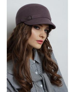 Женская кепка из фетра с пояском и пряжкой