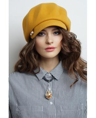 Женская кепка на основе берета из фетра с декором в шлевке