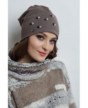 Женская трикотажная шапочка мягкой формы с бусинами
