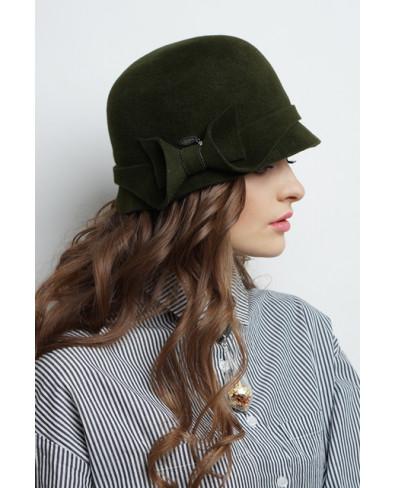 Женская шляпка из велюра с бантом и лейблом