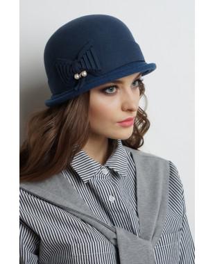 Женская шляпка из фетра с трикотажным полем и фигурным пояском