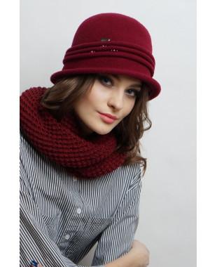 Женская шляпка из войлока с защипами и бусинами