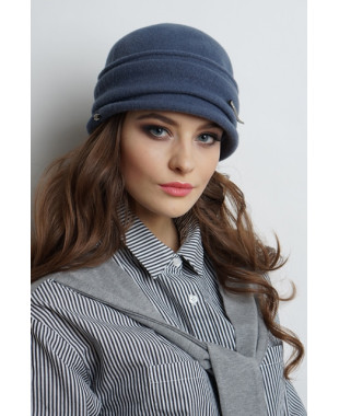 Женская шляпка из войлока с маленьким полем и брошкой