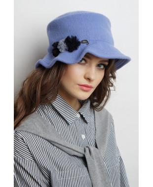Женская шляпка с цельнокроеным полем из войлока и декором из фатина