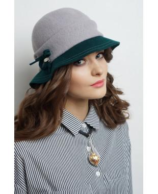 Женская шляпка из войлока с отворотом и бантиком