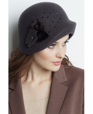 Шляпа из фетра с асимметричным полем и меховой отделкой с бусинами