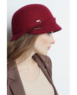Шляпа из фетра с полем-козырьком и брошкой