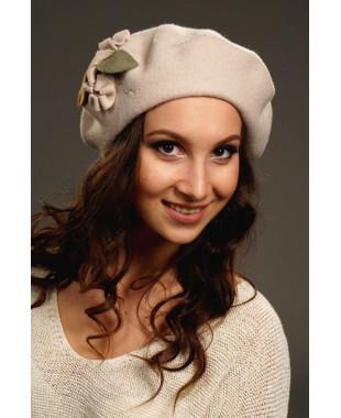 Женский берет классический с декоративной строчкой и букетиком