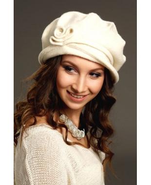 Женская шляпка на основе берета с завитком из войлока