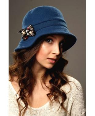 Женская шляпка с большим полем и брошкой