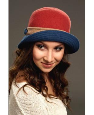 Женская шляпка с цветным полем и плоским узлом