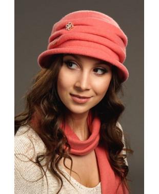 Женская шляпка с буфами и брошкой булавкой