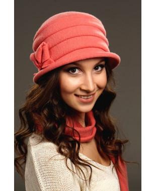 Женская шляпка с внутренними защипами и декором бантик-бабочка