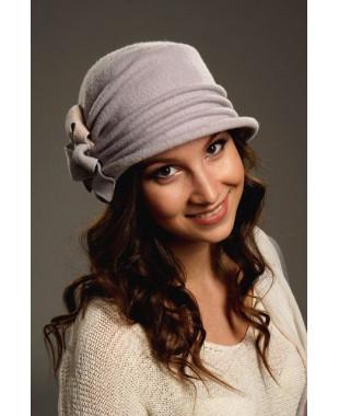 Женская шляпка с декором из банта и розочки