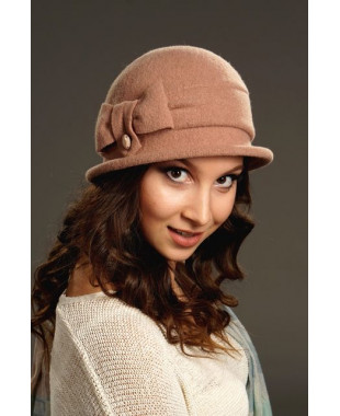 Женская шляпка с бантом и петелькой