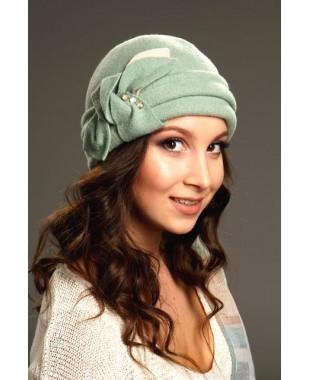 Женская шапочка с отворотом и бантом