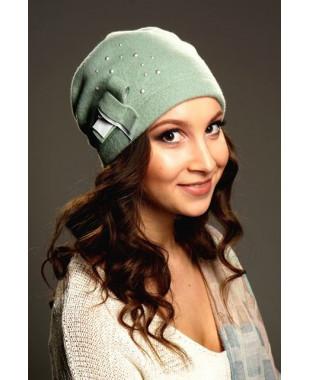 Женская шапочка мягкой формы с бантиком и жемчужинами