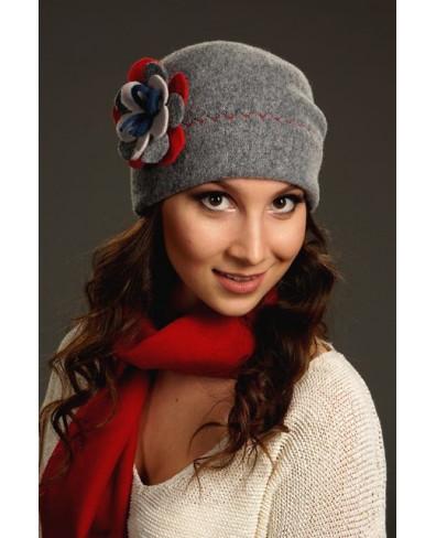 Женская шапочка с многослойным цветком