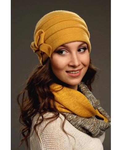 Женская шапочка с внутренними защипами и декором бантик-бабочка