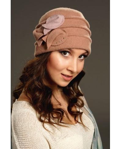Женская шапочка с тремя защипами и лепестками со стразами