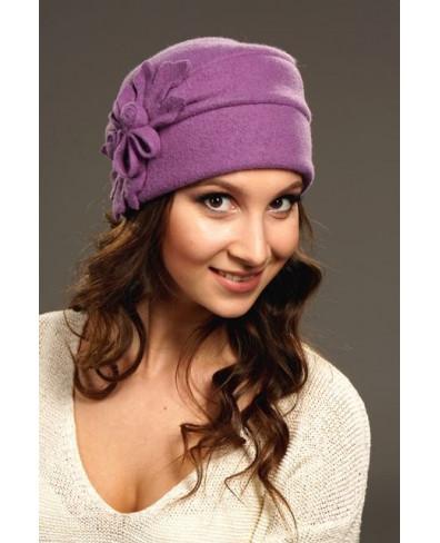 Женская шапочка с плоским листом из войлока