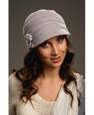 Женская кепка с защипами по тулье и бантиком