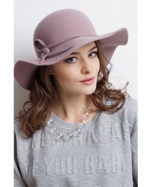 Женская шляпка из фетра с пояском и бусинами