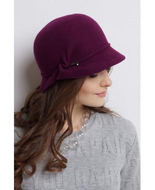 Женская шляпка из фетра с узлом и лейблом