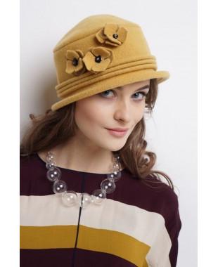 Женская шляпка из войлока с фиалками