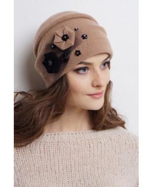 Женская шапочка из войлока с декором на сетке