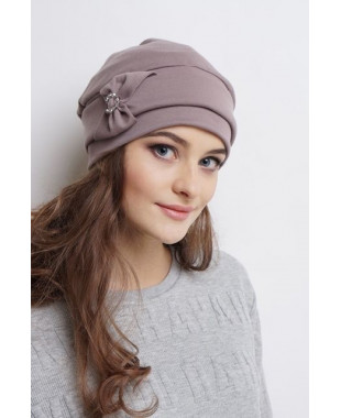Женская трикотажная шапочка с отворотом и бантиком