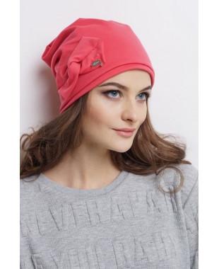 Женская трикотажная шапочка  мягкой формы с бантиком и лейблом