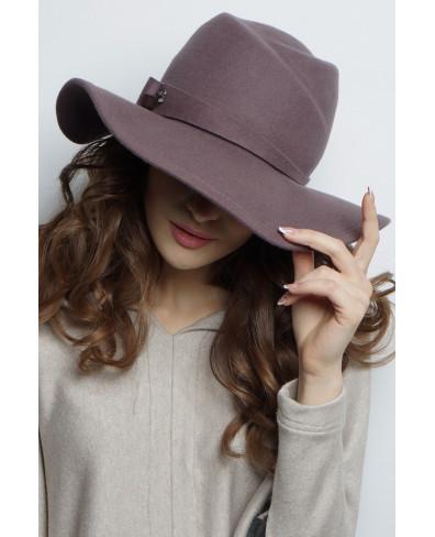 Шляпа из фетра с большим полем и завитками
