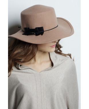 Шляпа из фетра с большим полем и кожаной отделкой