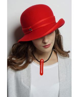 Шляпа из фетра с большими полями и окантовкой