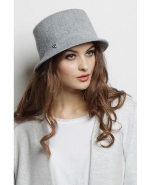 Шляпа из формованного трикотажа с лейблом