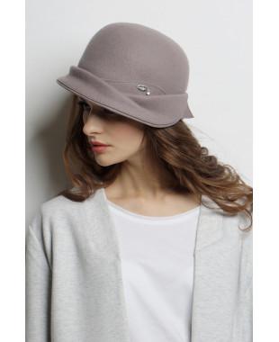 Шляпа из фетра с асимметричным полем и лейблом