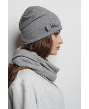 Трикотажная шапочка мягкой формы с патой и бантиком