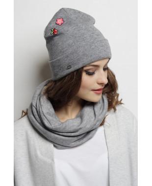 Трикотажная шапочка мягкой формы с отворотом и значками
