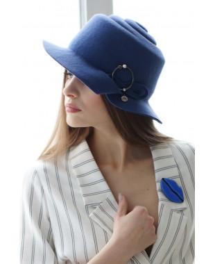 Шляпа из фетра с рельефным дном и брошкой