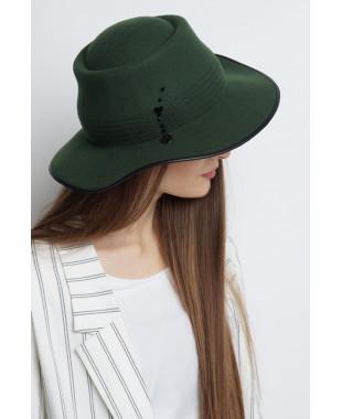 Шляпа из фетра с отделочной строчкой и кожаной окантовкой